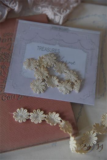Band aus patinierten Blüten