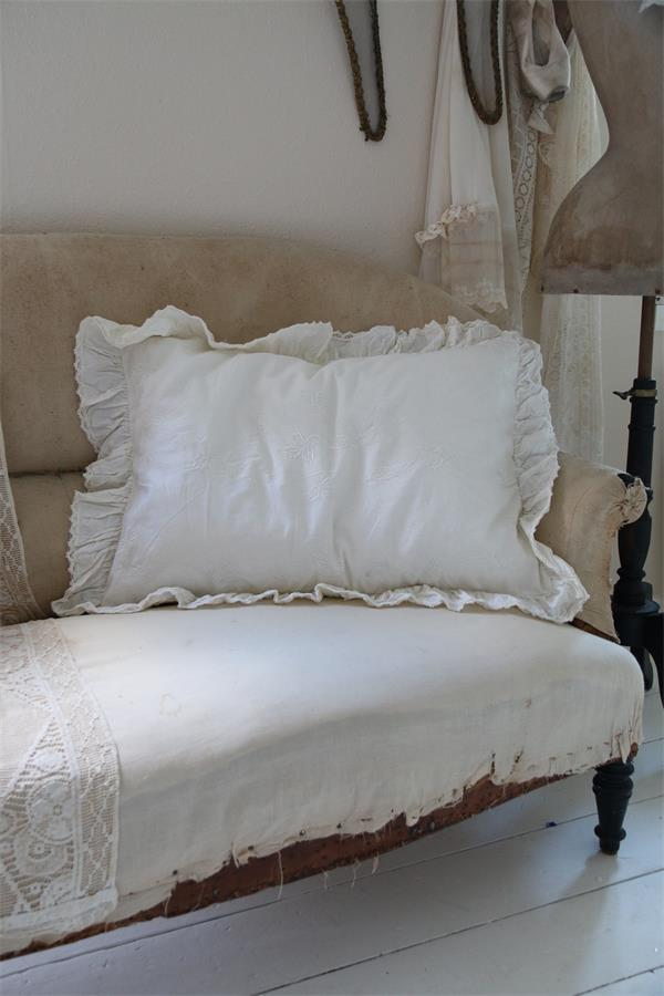 romantisches handgefertigtes kissen mit stickereien. Black Bedroom Furniture Sets. Home Design Ideas